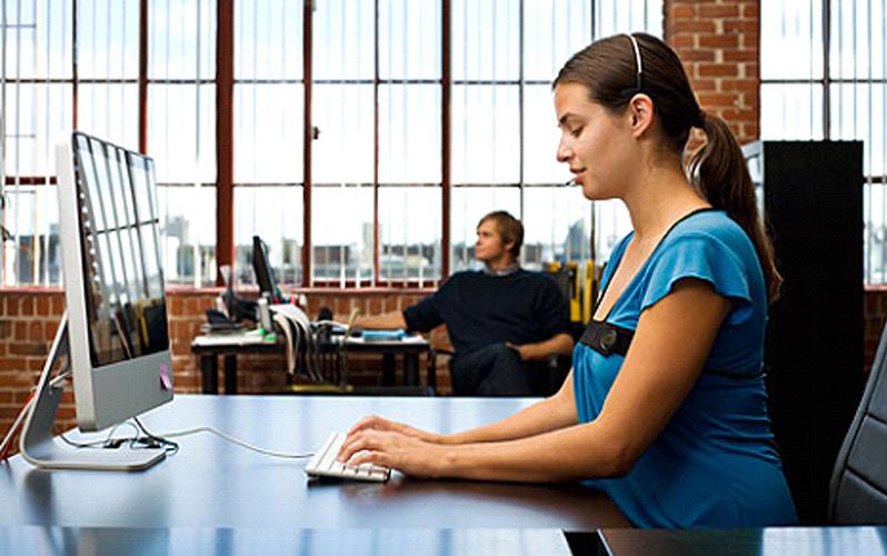 چگونگی نشستن پشت میز برای جلوگیری از کمر درد