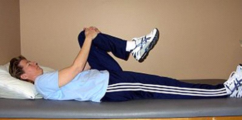 کشش یک زانو به سمت سینه ، ورزش برای مفاصل فاست کمر